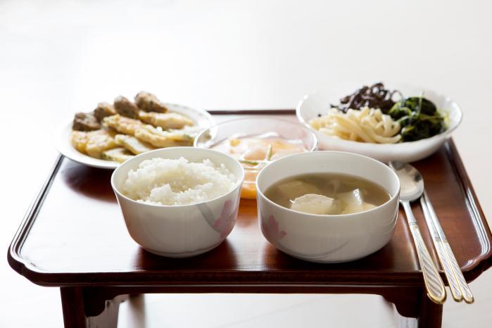 Makan Bersama Orang Korea? Ini 11 Table Manners Korea yang Harus Kamu Ketahui