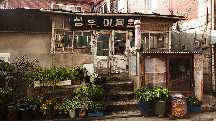 Luar Biasa! Barbershop Tertua di Korea ini Tidak Pernah Mengganti Alat Cukur Sejak Tahun 1950-an!