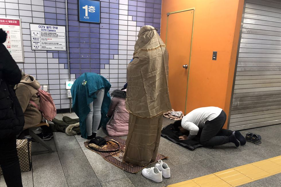 Turis Indonesia Shalat Maghrib di Stasiun Hoehyeon, ini kejadiannya